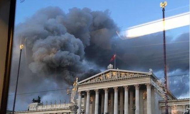 Kigyulladt a parlament teteje - videó