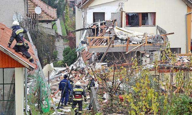 Kimenekítik az embereket: felrobbant egy épület Pest megyében