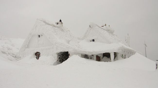 Több ezren ragadtak az utakon a kegyetlen havazás miatt