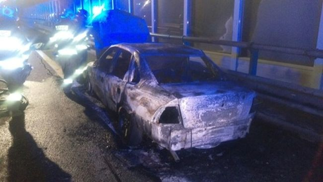 Égő autójából menekült a férfi, de elgázolták
