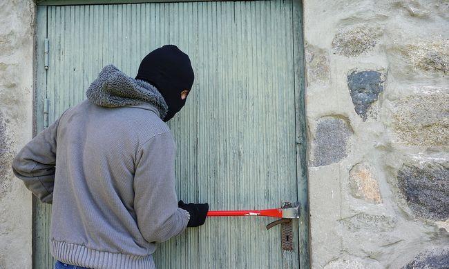 Trükkös tolvaj garázdálkodott Vásárhelyen, ágyneműbe bújt a rendőrök elől