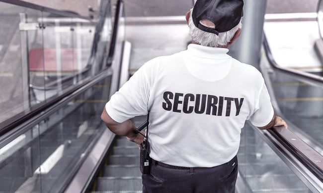 13 éves lánnyal szexeltek a biztonsági őrök, cserébe pénzt adtak neki