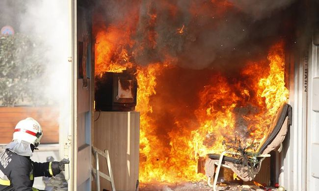 Így égett a Nyugati előtt egy szoba az ott felejtett gyertya miatt - fotók