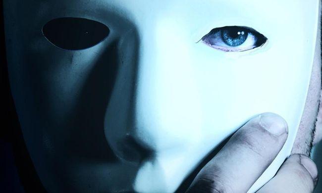 Rejtélyes maszkos alakok gyújtogattak a vásártéren