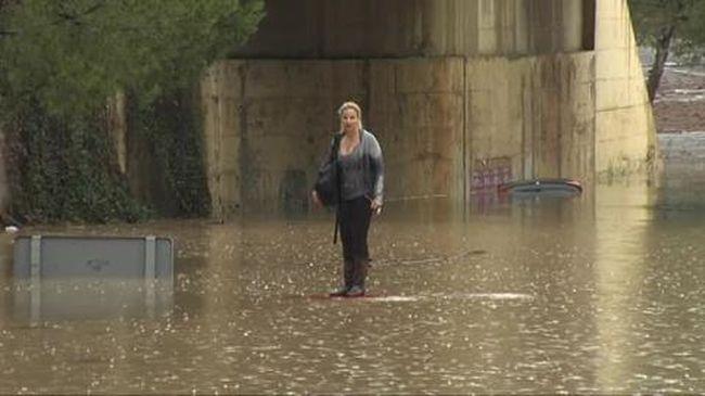 Ezért nem jó ötlet áradó folyóba hajtani - videó