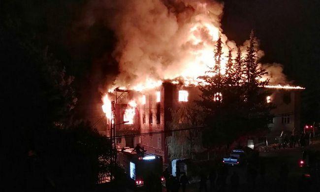 Ölelkező, megégett gyerektesteket találtak a kollégiumban