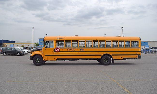 Iskola helyett rendőrségre ment a busz: nem szállt le a tetejéről a férfi