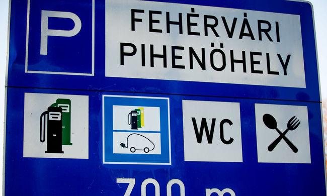 Ezentúl tábla jelzi az elektromos autó töltési pontot