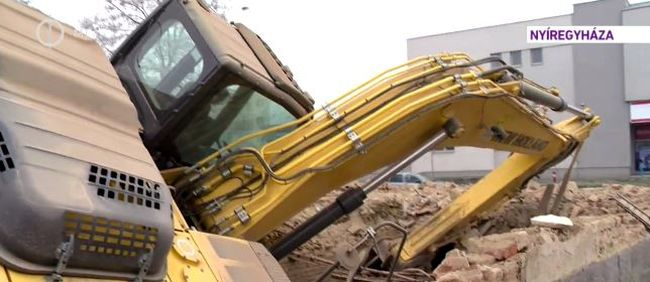 Beomlott a föld a nyíregyházi építkezésen, egy munkagép is bezuhant