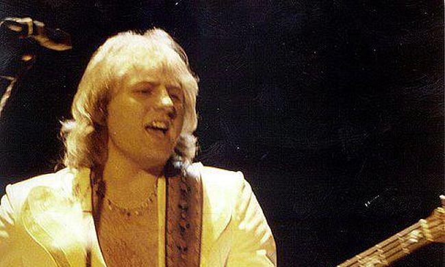 Bejelentették: rákban hunyt el a közkedvelt rocksztár