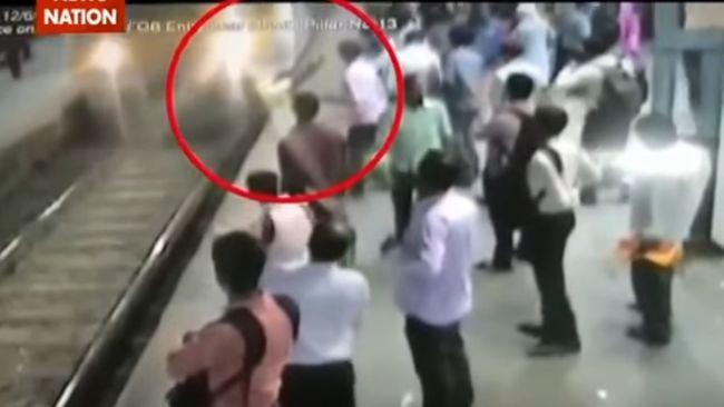 Nyaklánca miatt lökték vonat elé a nőt - videó