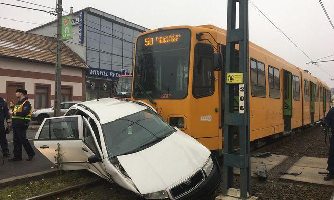 Durva baleset miatt nem jár a fővárosi villamos - fotó