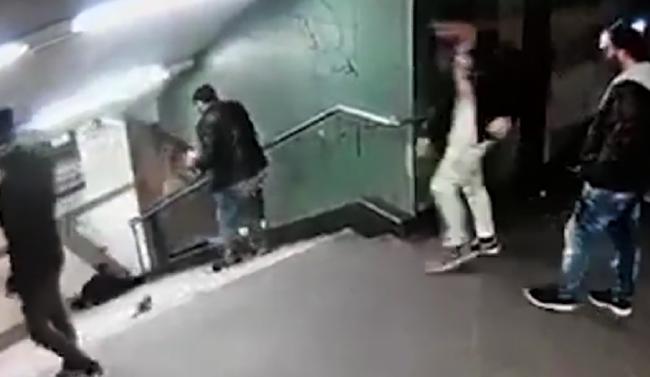 Indok nélkül rúgtak le egy nőt a lépcsőről - videó