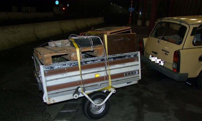 Papírból eszkábált rendszámot a Trabantjára, de lebukott