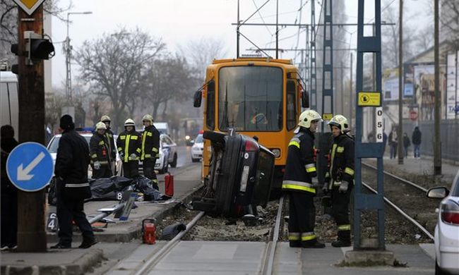 Halálos baleset a villamosmegállóban: megbénult a közlekedés Budapesten
