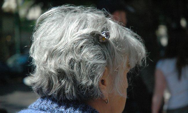Megvertek egy idős asszonyt, még a nadrágot is elvitték