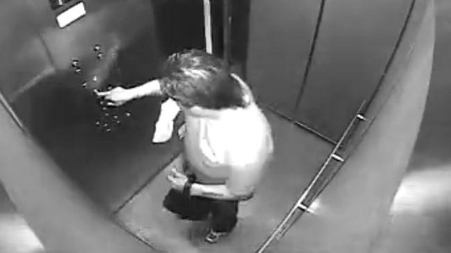 Liftbe pisilt a kézbesítő, utána adta át a csomagot - videó