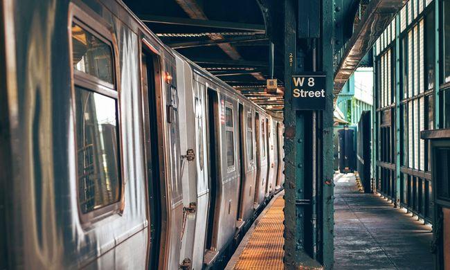 Beszorult a keze a vonat ajtajába, métereken át húzta maga után a szerelvény