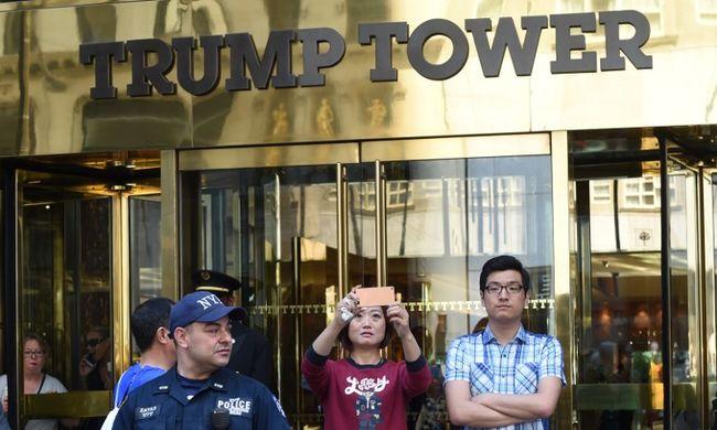 Késsel és vízipisztollyal támadtak Trumpra
