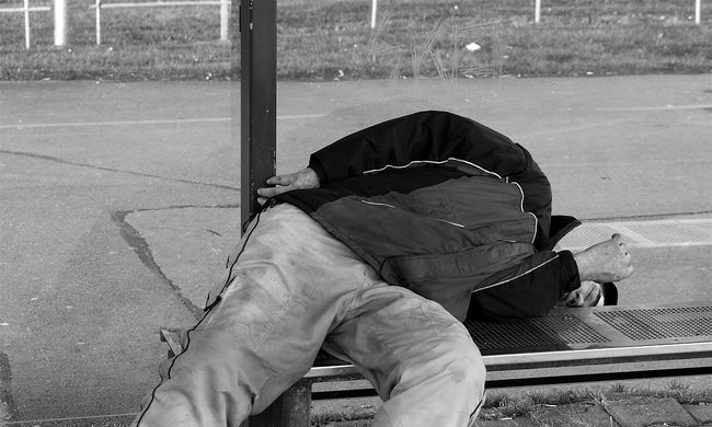 Brutális: kisfiú gyújtotta fel a hajléktalant
