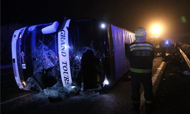 Négyre nőtt az M3-ason történt buszbaleset halálos áldozatainak száma