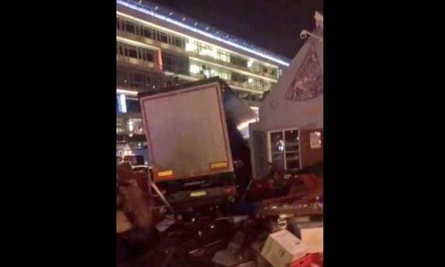 Gyorshír: így hajtott be a teherautó a karácsonyi vásáron ünneplő tömegbe