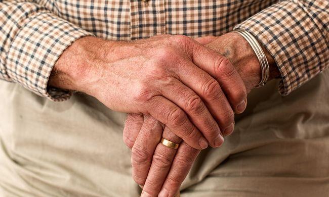 Megvertek és kiraboltak egy nyugdíjas látássérültet
