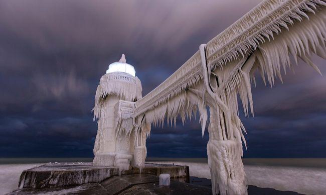 Elképesztő videó: olyan hideg van, hogy jégszoborrá változik a város