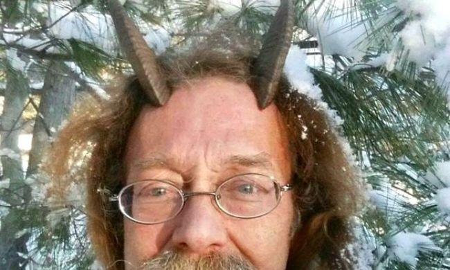 Spirituális antennák állnak ki a férfi fejéből a jogosítványán