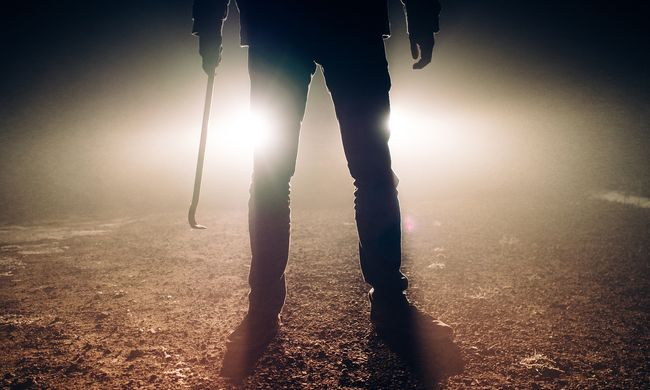 Véres ruhában sétált az utcán, miután agyonverte feleségét