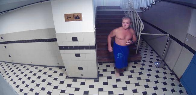 Felismeri ezt a félmeztelen kék törölközős férfit?