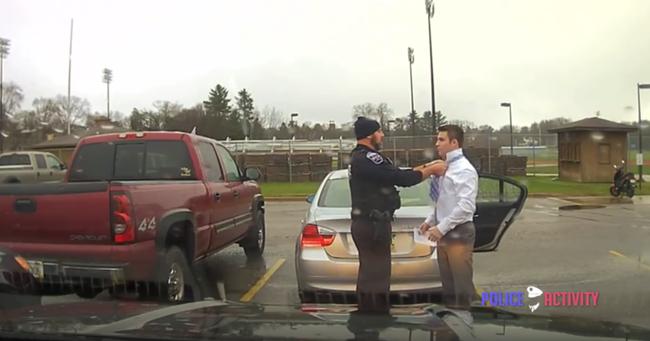 Óriási sikere van a videónak: a rendőr megbünteti, majd kisegíti a sofőrt