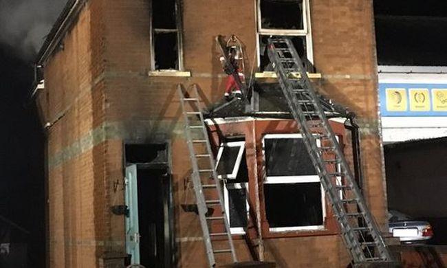 Végignézte az apa, ahogy segítségért könyörgő családja a tűz martalékává válik