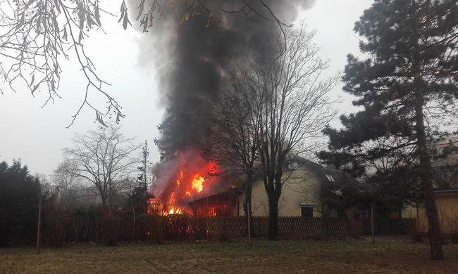 Hatalmas tűz ütött ki Budapesten, robbanást is lehetett hallani