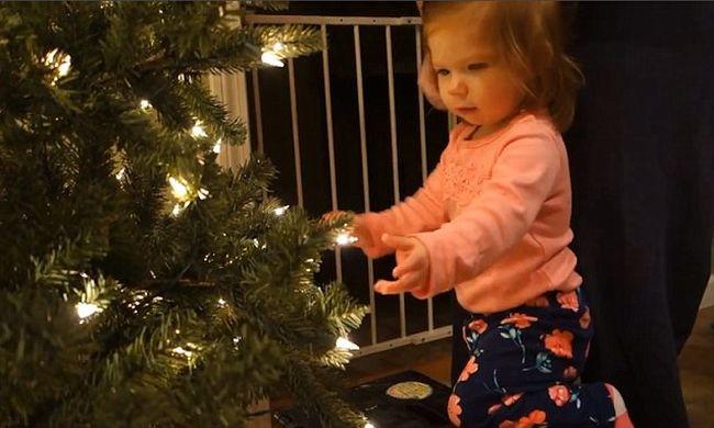 Tündéri az egyéves, amikor először lát karácsonyfát - videó
