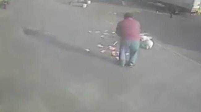 Igazi pech: egymillió forintot fújt ki a férfi kezéből a szél - videó