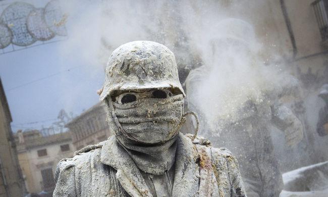 Tojással, liszttel és petárdával felfegyverkezve harcolnak a spanyolok - képgaléria