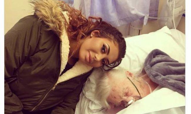 Haldokló nagymamával pózolt a tévés, kitört a botrány