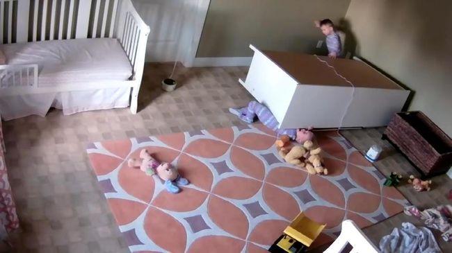 Súlyos baleset: szekrény dőlt a kétévesre, miközben játszott