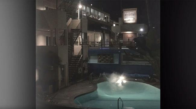 Leugrott az épület tetejéről egy medencébe, de rossz vége lett - videó