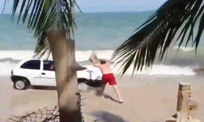 Sziklával verte be a szélvédőt, mert a terhes nőt szállító kocsi a strandra hajtott - videó
