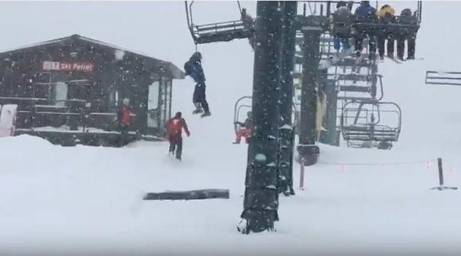 Horrorbaleset: fennakadt a hátizsákja a síliften, a levegőben lógott a kisfiú - videó