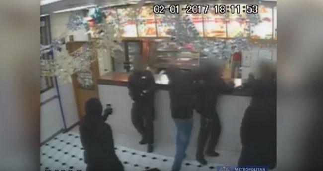Felfegyverzett, maszkos banda késelte meg a tinédzsert egy gyorsétteremben - videó