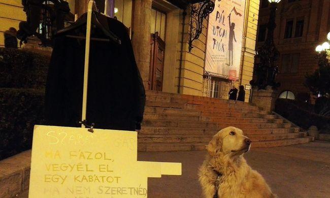 Kabátokat tesznek ki Budapesten, bárki viheti őket