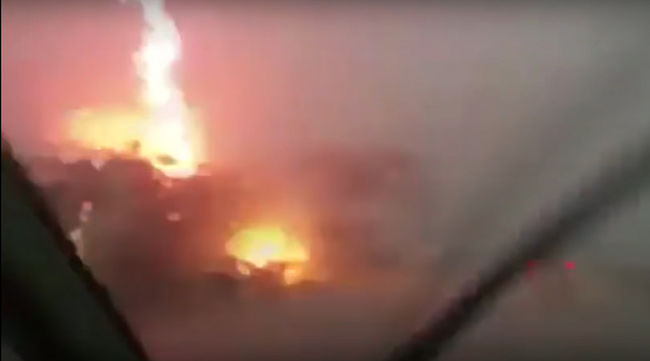 Autópályán száguldó kamionba csapott a villám - videó