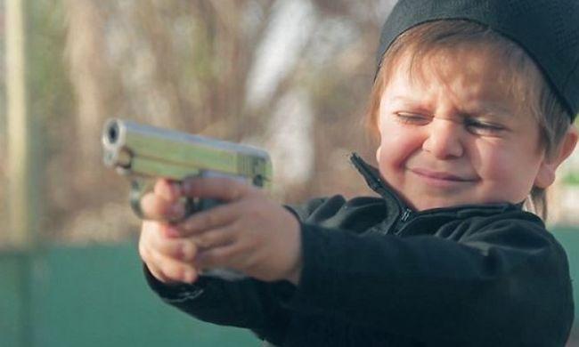 Brutális kegyetlenség: játszótéren lövi le a rabot ez a kisfiú