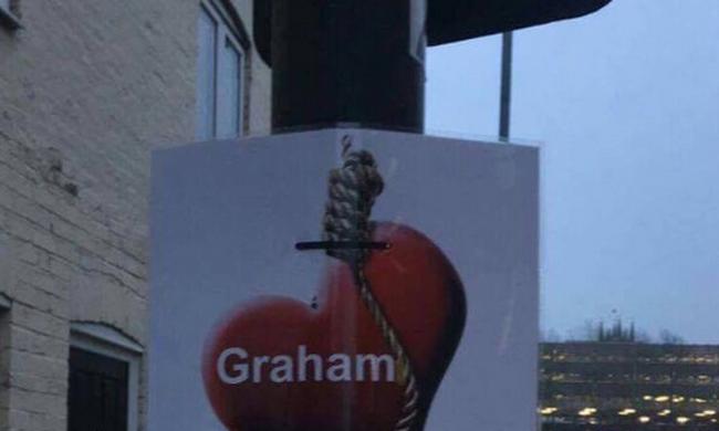 Posztereket tett ki az utcán, hogy bosszút álljon hűtlen párján
