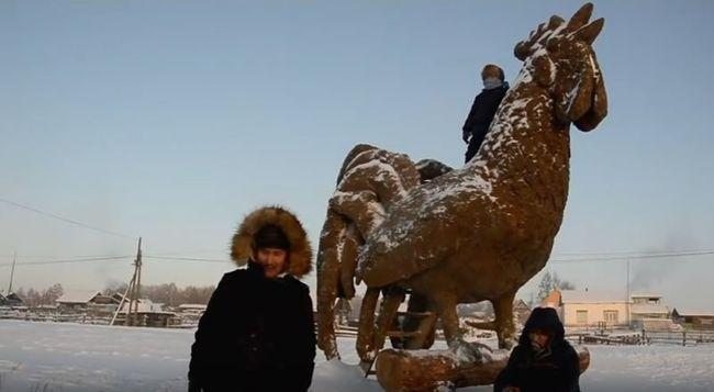 Trágyából épített hatalmas szobrot a művész - videó