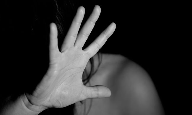 Egymás kezét fogta a két védtelen nő, miközben hatan megerőszakolták őket