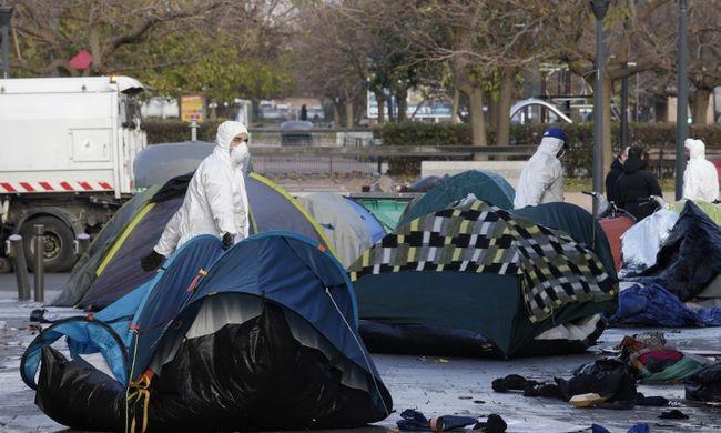 Takarókat lopnak a migránsoktól a rendőrök
